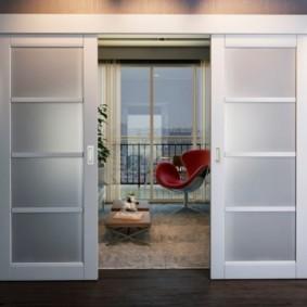 Раздвижные двери со вставками из каленного стекла