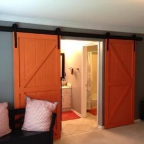 Амбарные двери в интерьере квартиры