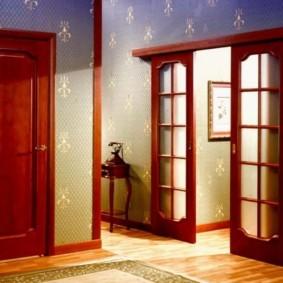 Коричневые двери из натурального дерева