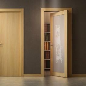 Поворотная дверь комбинированной конструкции