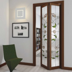 Дверь-гармошка на деревянном каркасе с витражами