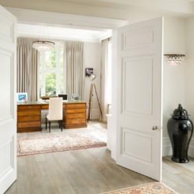 Двустворчатая дверь белого цвета