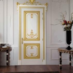 Золотистый орнамент на деревянной двери