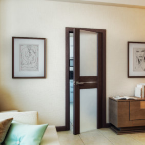 Картины на светлой стене гостиной