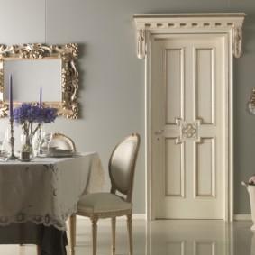 Скатерть на обеденном столе в классическом стиле