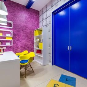 Синяя дверь в детской комнате