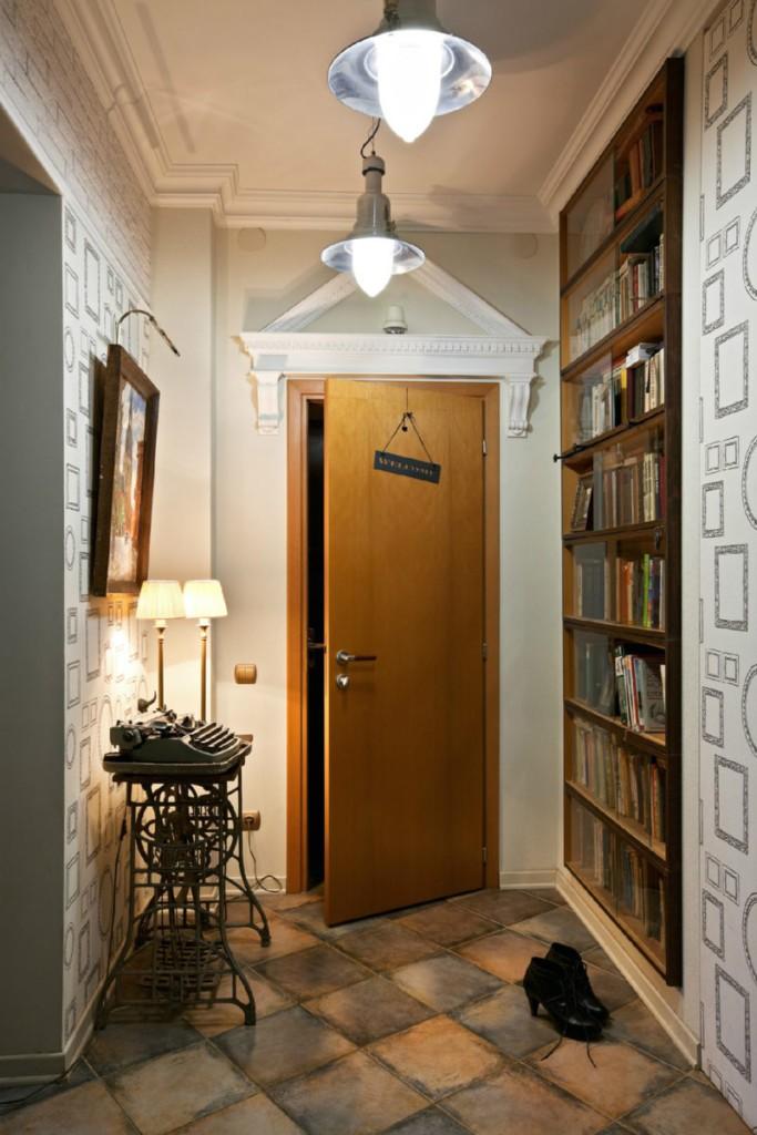 Деревянная дверь в небольшой прихожей стиля хай-тек
