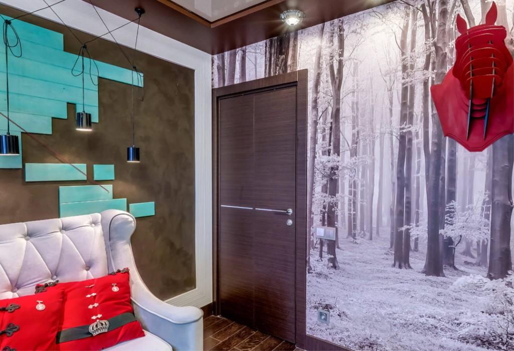 Дверь венге в стене комнаты с фотообоями