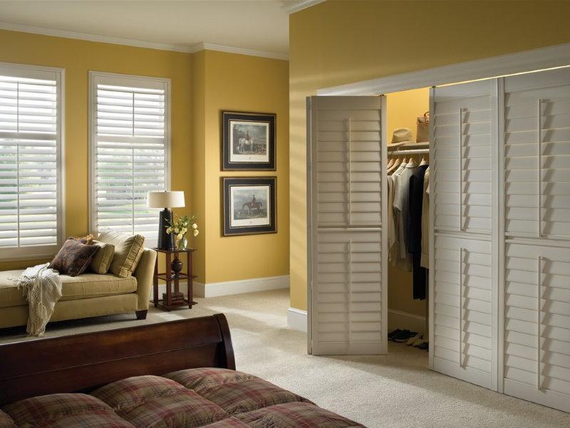 Дверь-гармошка в гардеробной квартиры