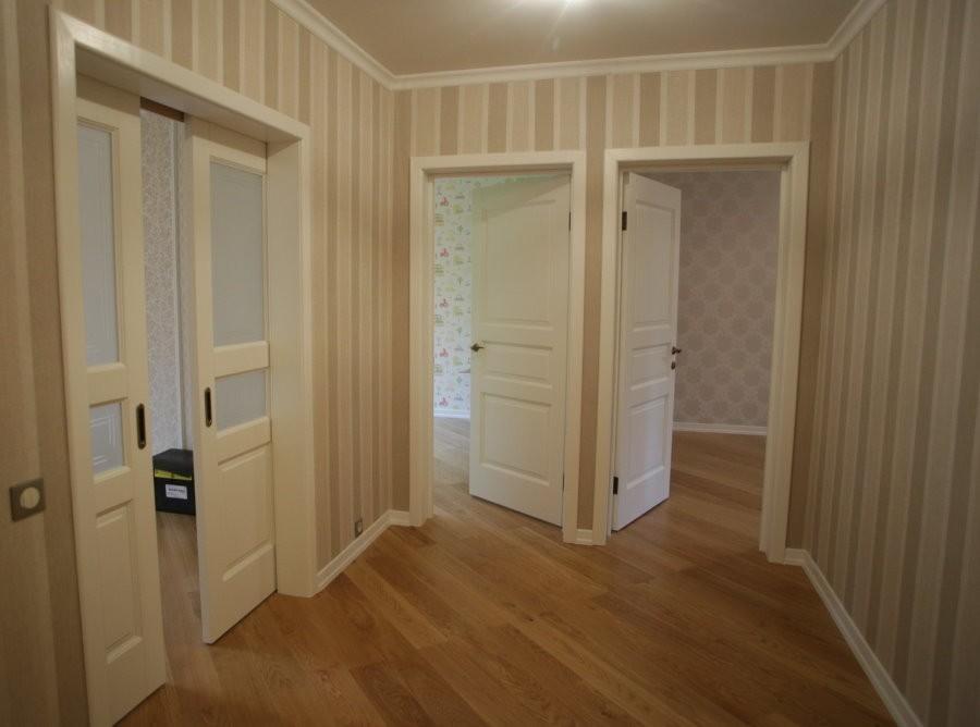 Двери в прихожей трехкомнатной квартиры