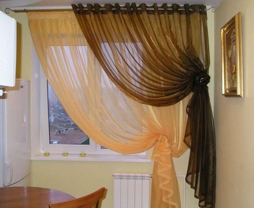 Двойной контрастный тюль на окне кухни хрущевки