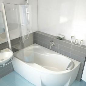 Удобная ванна с мягким подголовником
