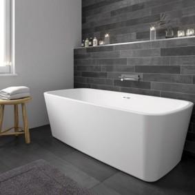 Белая ванна на фоне серого фона