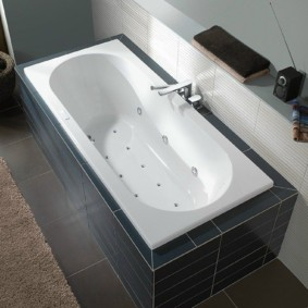 Белая чаша ванны с гидромассажем