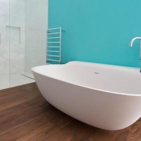 Интерьер ванной комнаты с голубой стеной