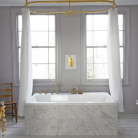 Светлая ванная с белыми занавесками