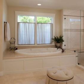 Короткие шторки на окне в ванной