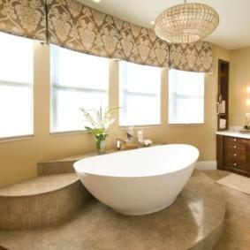 Подиум в интерьере просторной ванной