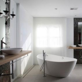 Акриловая ванна посередине комнаты