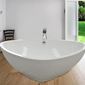 Треугольная ванна на деревянном полу