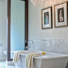 Декор картинами стены в ванной