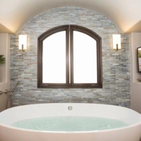 Чистая вода в акриловой ванне