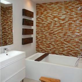 Деревянная подставка перед акриловой ванной