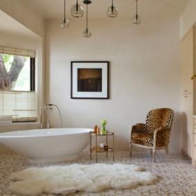 Кресло с пятнистой обивкой в ванной комнате