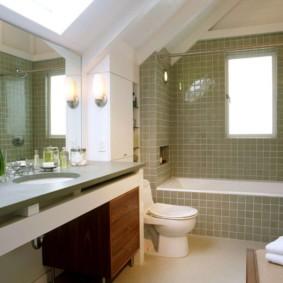 Интерьер ванной в мансарде частного дома
