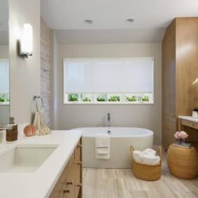 Рулонная штора на окне ванной