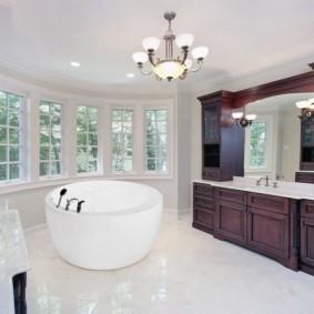 Деревянная мебель в большой ванной
