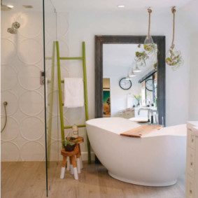 Приставная лестница вместо вешалки в ванной
