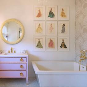 Позолоченный смеситель над акриловой ванной