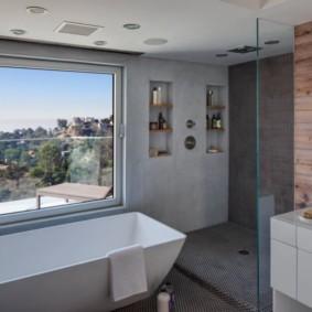 Удобные полочки в нише стены ванной комнаты