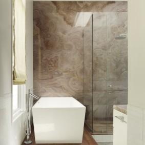 Мраморная плитка на стене ванной