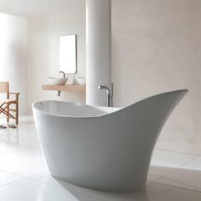 Акриловая ванна с высоким изголовьем