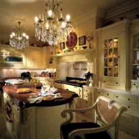 Люстры в интерьере кухни британского стиля