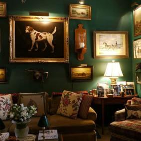 Коллекция дорогих картин на зеленой стене