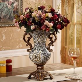 Фарфоровая ваза с живыми цветами