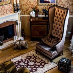 Удобное кресло с высокой спинкой