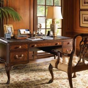 Письменный стол в кабинете английского стиля