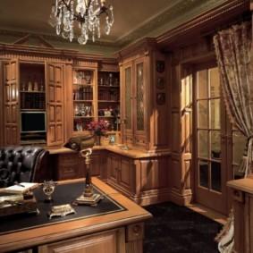 Хрустальная люстра в кабинете с деревянной мебелью