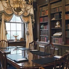 Открытые полки для книг в столовой комнате
