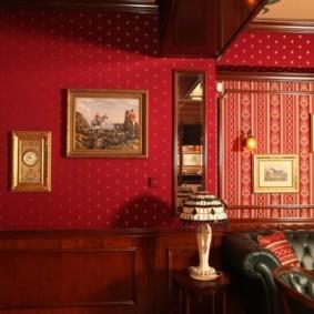 Красные обои на стене комнаты