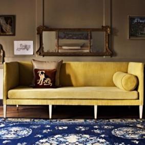 Зеркало над диваном в гостиной британского стиля