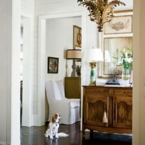 Винтажная люстра на белом потолке