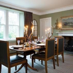 Обеденный стол в комнате с камином