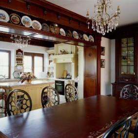 Декоративные тарелки на полке под потолком