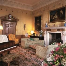 Раскрытые ноты на рояле в гостиной