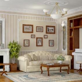 Роскошный диван у стены гостиной комнаты